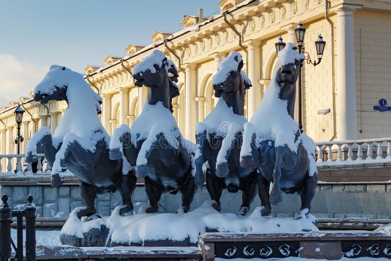 Moskwa Rosja, Luty, - 01, 2018: Rzeźbiona grupa cztery sezonów gejzeru fontanna na Manezhnaya kwadracie moscow zima zdjęcia stock