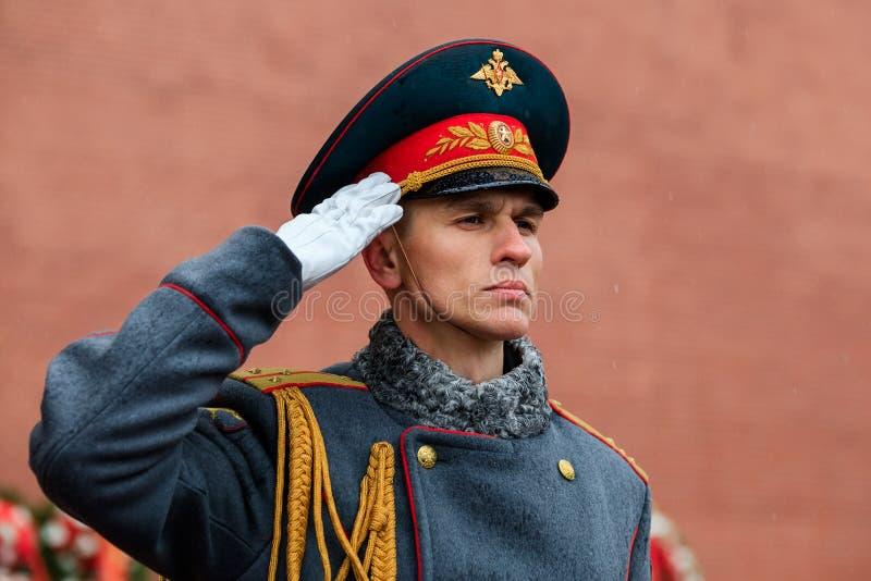 MOSKWA ROSJA, MAJ, - 08, 2017: Żołnierze еhe gwardia honorowa 154 Preobrazhensky pułk Dżdżysty i śnieżny widok obrazy royalty free
