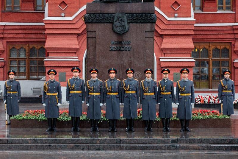 MOSKWA ROSJA, MAJ, - 08, 2017: Żołnierze gwardia honorowa 154 Preobrazhensky pułk Dżdżysty i śnieżny widok Aleksander dziąsła zdjęcia stock