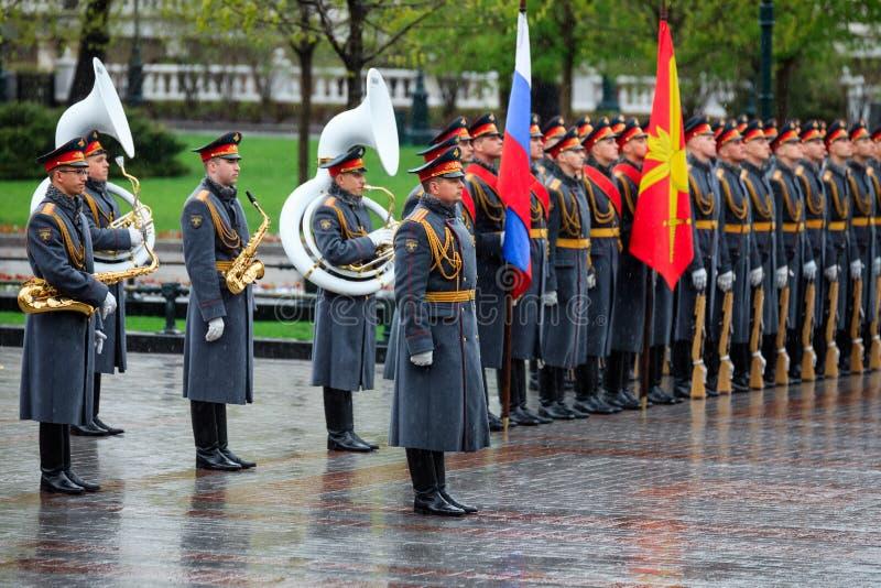 MOSKWA ROSJA, MAJ, - 08, 2017: Żołnierze gwardia honorowa 154 Preobrazhensky pułk Dżdżysty i śnieżny widok Aleksander dziąsła zdjęcia royalty free