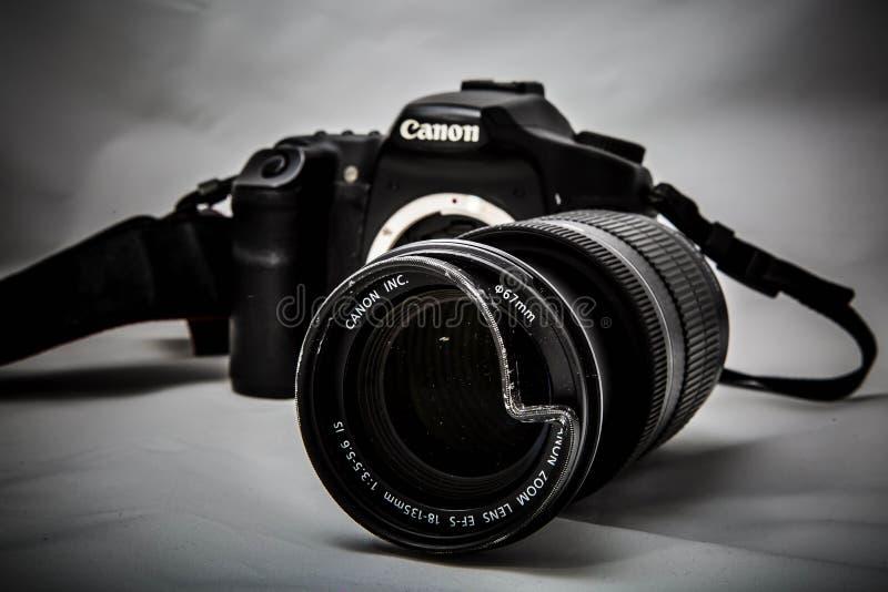 Moskwa Rosja, Maj, - 13, 2019: ?amanego refleksowego dslr cyfrowa kamera Canon z uszkadzaj?cym obiektywem 18-135mm na szarym tle, fotografia royalty free