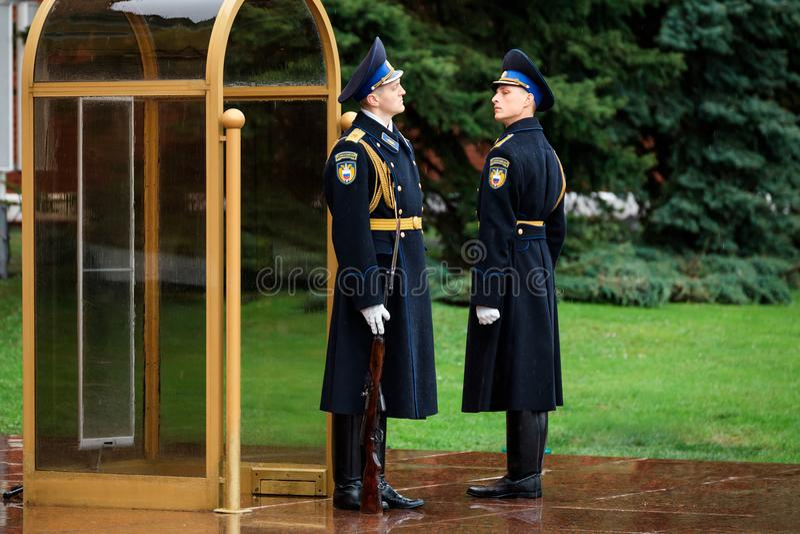 MOSKWA ROSJA, MAJ, - 08, 2017: Cogodzinna zmiana gwardia prezydencka Rosja przy grobowem Niewiadomy żołnierz i Wiecznie płomień zdjęcia royalty free
