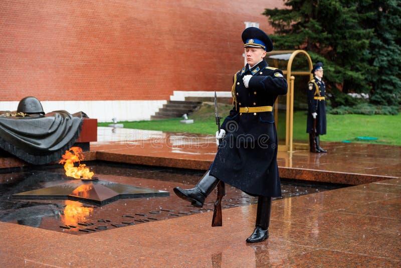 MOSKWA ROSJA, MAJ, - 08, 2017: Cogodzinna zmiana gwardia prezydencka Rosja przy grobowem Niewiadomy żołnierz i Wiecznie płomień obrazy royalty free