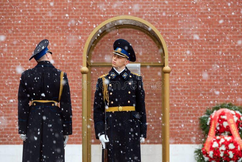 MOSKWA ROSJA, MAJ, - 08, 2017: Cogodzinna zmiana gwardia prezydencka Rosja przy grobowem Niewiadomy żołnierz i Wiecznie płomień zdjęcie stock
