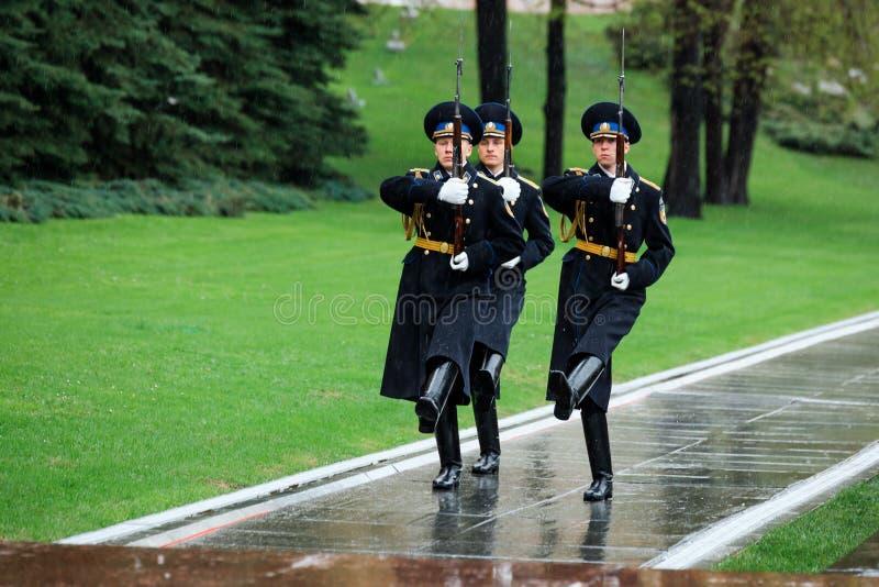 MOSKWA ROSJA, MAJ, - 08, 2017: Cogodzinna zmiana gwardia prezydencka Rosja przy grobowem Niewiadomy żołnierz i Wiecznie płomień obraz stock
