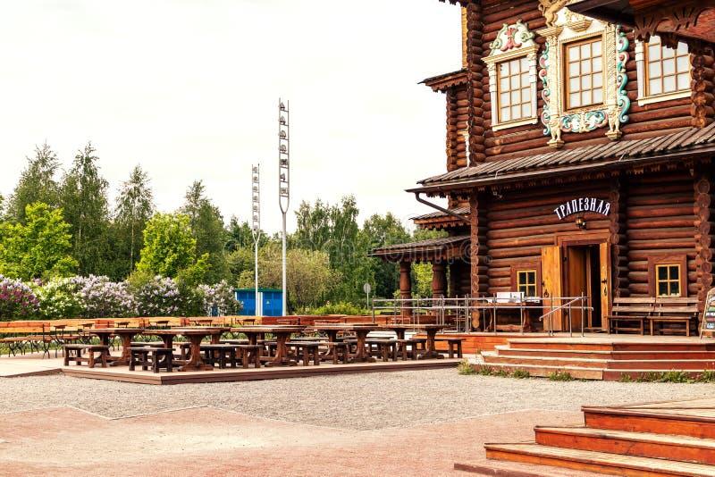 MOSKWA ROSJA, MAJ, - 15, 2019: Drewniany dom w Kolomna parku fotografia royalty free
