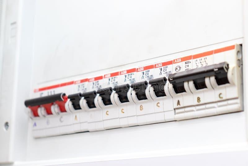 Moskwa Rosja, Maj, - 07, 2019: Elektryczna osłona z automatycznymi zmianami elektryczność w domu - elektryczności pulpit operator obraz stock