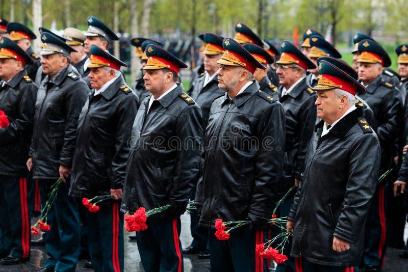 MOSKWA ROSJA, MAJ, - 08, 2017: Generał wojsko VALERY GERASIMOV i Collegium ministerstwo obrony kłaść wianek przy obraz stock