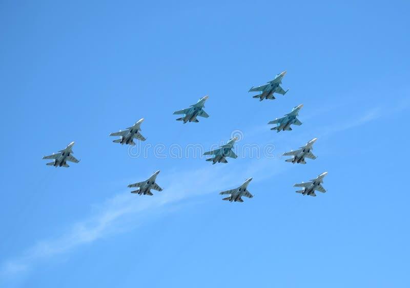 MOSKWA ROSJA, Maj, - 9, 2018: Grupa Rosyjscy militarni naddźwiękowi dużych wysokości interceptors SU-34, SU-35, SU-30SM przedstaw zdjęcie royalty free