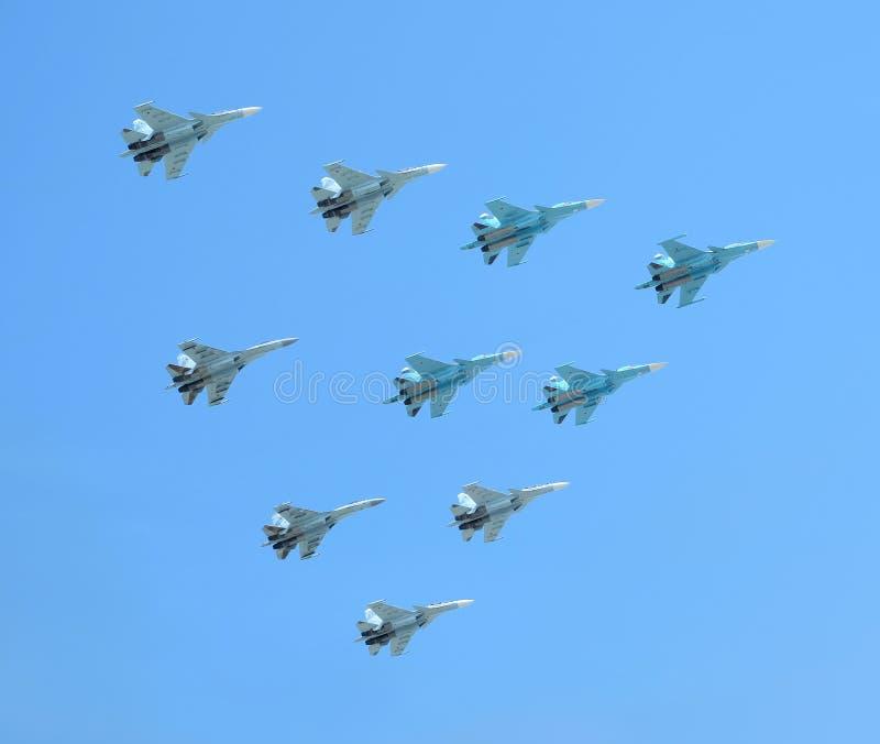 MOSKWA ROSJA, Maj, - 9, 2018: Grupa Rosyjscy militarni naddźwiękowi dużych wysokości interceptors SU-34, SU-35, SU-30SM przedstaw obraz stock