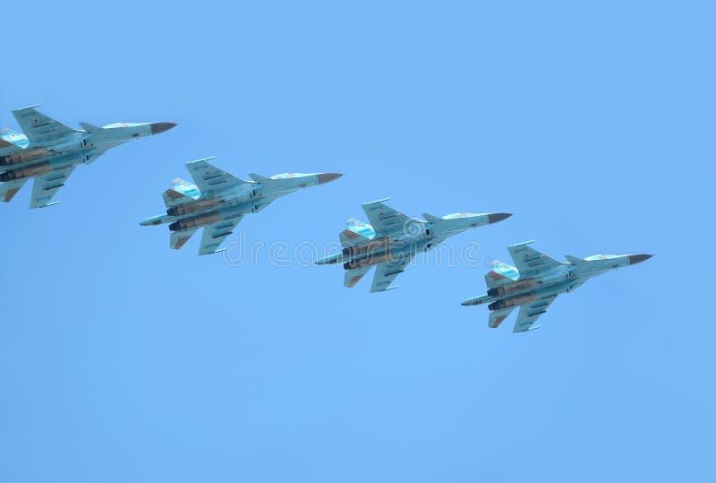 MOSKWA ROSJA, Maj, - 9, 2018: Grupa Rosyjskiej militarnej naddźwiękowej dużej wysokości pogody interceptor SU-30SM dalekonośny Fl obraz royalty free