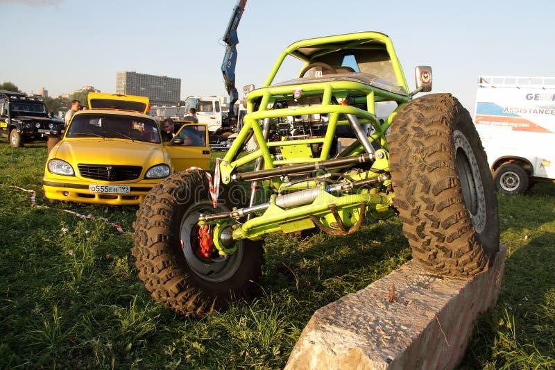 Moskwa Rosja, Maj, - 25, 2019: Handmade zielony droga samochód metal rama z dołączać jednostkami Powozik na polu zdjęcie royalty free
