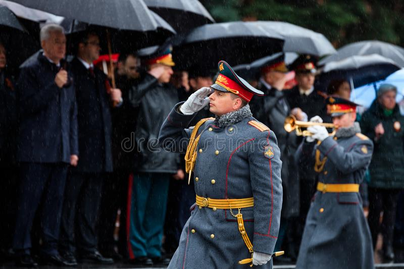 MOSKWA ROSJA, MAJ, - 08, 2017: Militarny Przykładny zespół gwardia honorowa przy solennym wydarzeniem przy grobowem Niewiadomy żo obraz stock