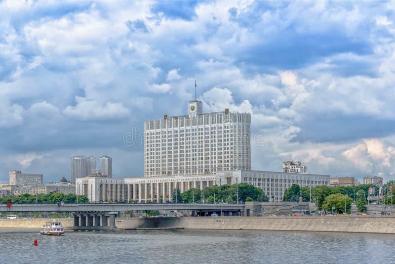 Moskwa Rosja, Maj, - 26, 2019: Panoramiczny widok Krasnopresnenskaya bulwar i bielu dom w Moskwa ześrodkowywamy zdjęcie royalty free