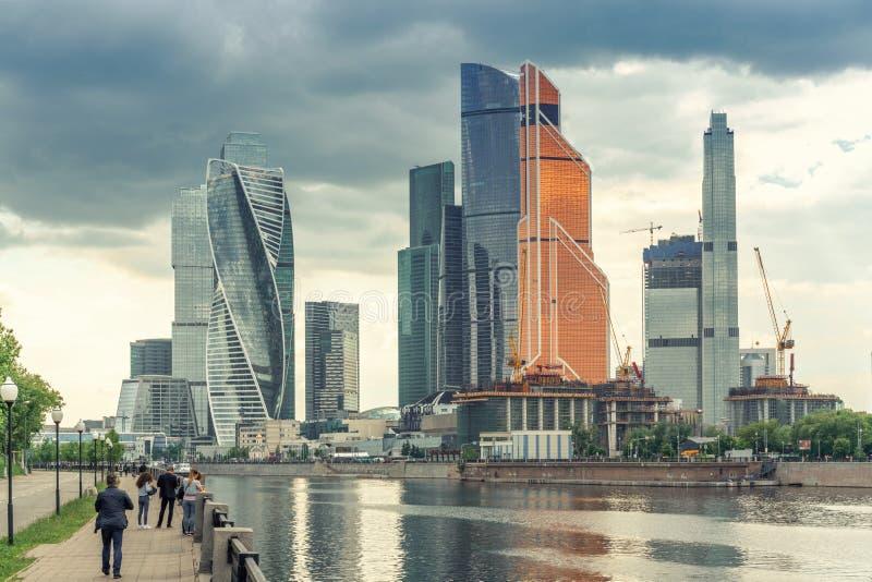 Moskwa Rosja, Maj, - 26, 2019: Panoramiczny widok miast drapacz chmur przy Moskva rzeką, Rosja miasto jest biznesem obrazy royalty free