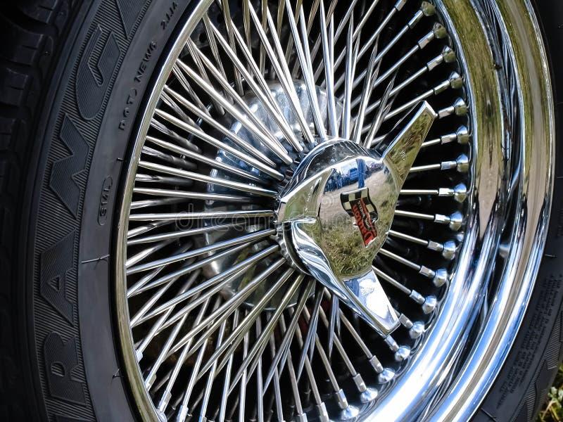Moskwa Rosja, Maj, - 25, 2019: Piękna chrom szprycha toczy na Chevrolet Corvette Stingray retro samochodzie obraz stock