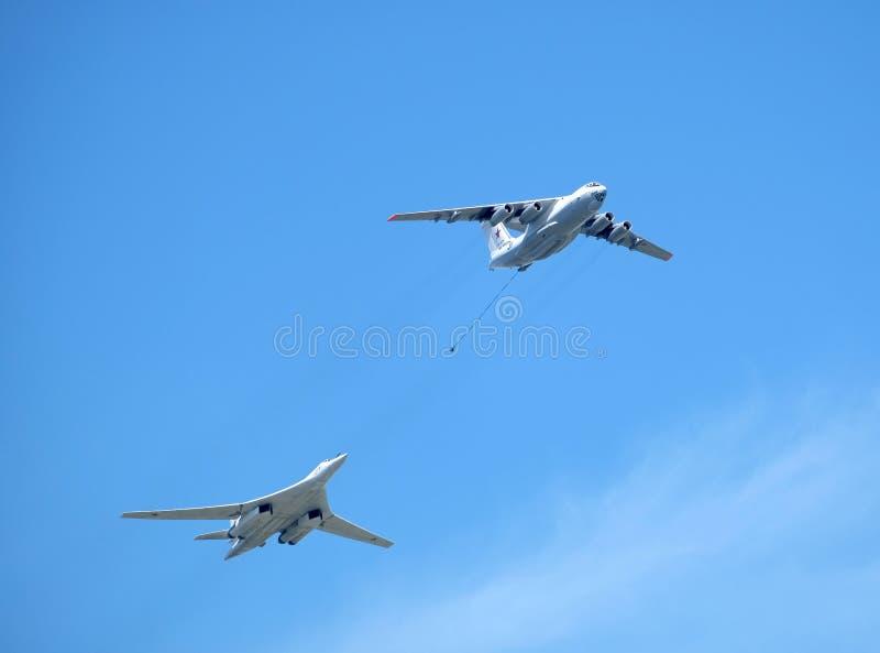 MOSKWA ROSJA, Maj, - 9, 2018: Rosyjscy militarni samolotu transportowego Il-78 refueling tankowowie TU-16 i Naddźwiękowy pociska  zdjęcia royalty free
