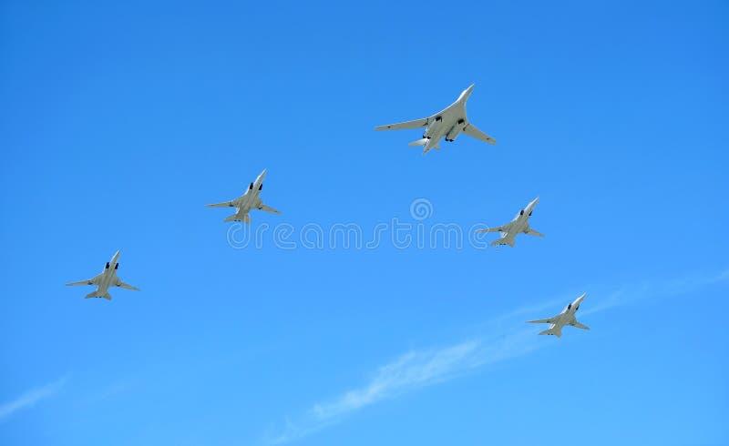 MOSKWA ROSJA, Maj, - 9, 2018: Rosyjski militarny Naddźwiękowy pociska przewoźnika TU-160 Whire łabędź w centre i cztery TU-22M3 f fotografia royalty free