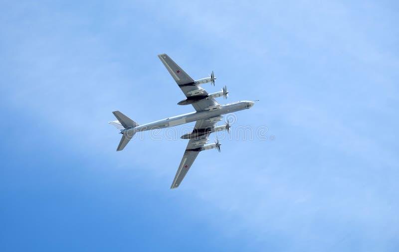 MOSKWA ROSJA, MAJ, - 9, 2018: Rosyjski militarny turbośmigłowy strategiczny pociska Tu-95 niedźwiedź w locie w niebie na paradzie fotografia stock