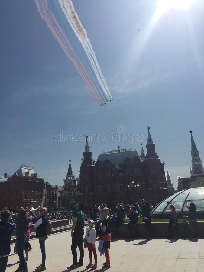 MOSKWA ROSJA, MAJ, - 04, 2018: Salutuje Aerobatic drużynowych jerzyki i Rosyjscy rycerze na wojownikach MiG-29 i Su-27 latają nad obrazy royalty free