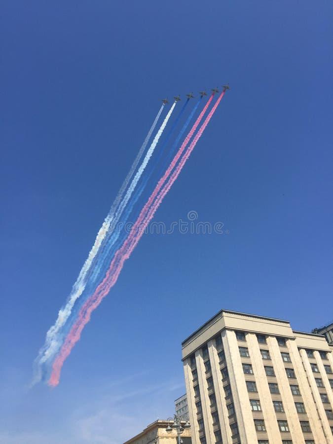 MOSKWA ROSJA, MAJ, - 04, 2018: Salutuje Aerobatic drużynowych jerzyki i Rosyjscy rycerze na wojownikach MiG-29 i Su-27 latają nad obraz stock
