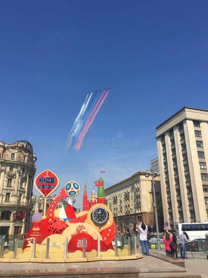 MOSKWA ROSJA, MAJ, - 04, 2018: Salutuje Aerobatic drużynowych jerzyki i Rosyjscy rycerze na wojownikach MiG-29 i Su-27 latają nad zdjęcie royalty free
