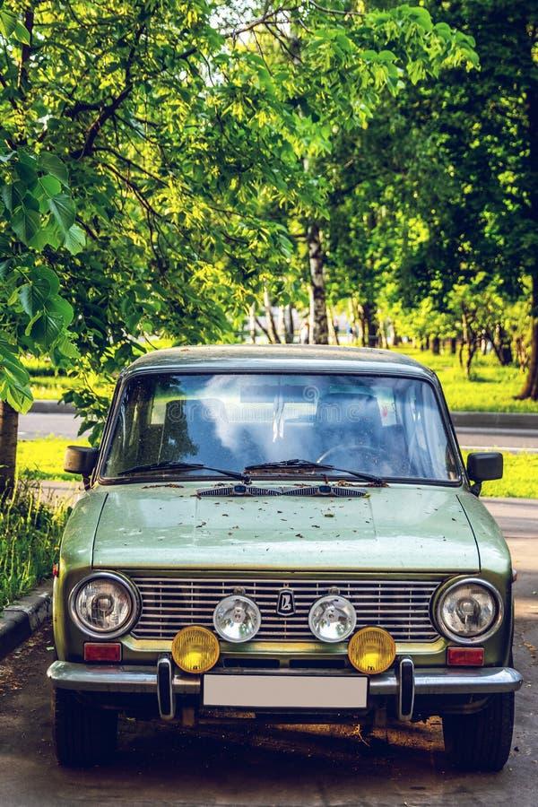 MOSKWA ROSJA, MAJ, - 15, 2019: Stary samochodowy Moskvich na ulicie zdjęcia stock