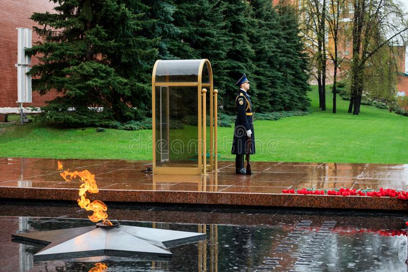MOSKWA ROSJA, MAJ, - 08, 2017: Strażnik Prezydencki pułk Rosja blisko grobowa Niewiadomy żołnierz i Wiecznie płomień w Alex obraz royalty free