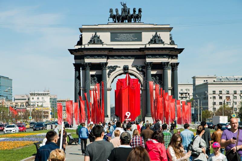 Moskwa, Rosja, Maj 9, 2018: Triumfalna brama na zwycięstwo dniu dekorował z czerwonymi flaga i tłumem ludzie fotografia royalty free