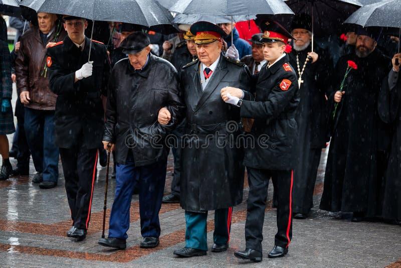 MOSKWA ROSJA, MAJ, - 08, 2017: Moskwa ważny MOSKWA miasta duma SERGEY SOBYANIN i delegaci kłaść wianek przy grobowem zdjęcie royalty free