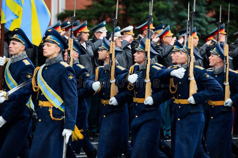 MOSKWA ROSJA, MAJ, - 08, 2017: Za paradą gwardia honorowa 154 Preobrazhensky pułk pogoda dżdżysta alexa obrazy royalty free
