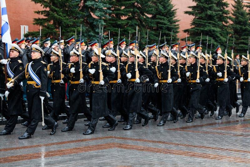 MOSKWA ROSJA, MAJ, - 08, 2017: Za paradą gwardia honorowa 154 Preobrazhensky pułk pogoda dżdżysta alexa fotografia stock