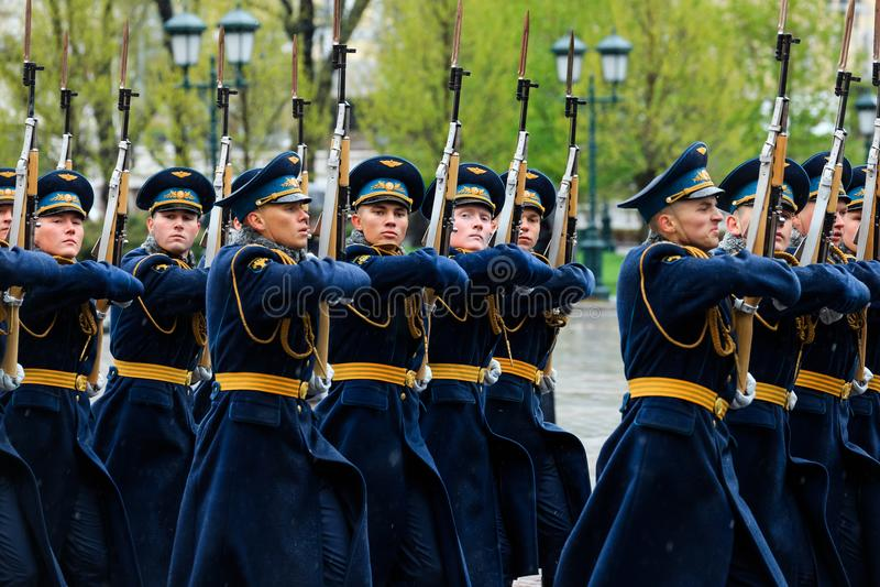 MOSKWA ROSJA, MAJ, - 08, 2017: Za paradą gwardia honorowa 154 Preobrazhensky pułk pogoda dżdżysta alexa zdjęcia stock