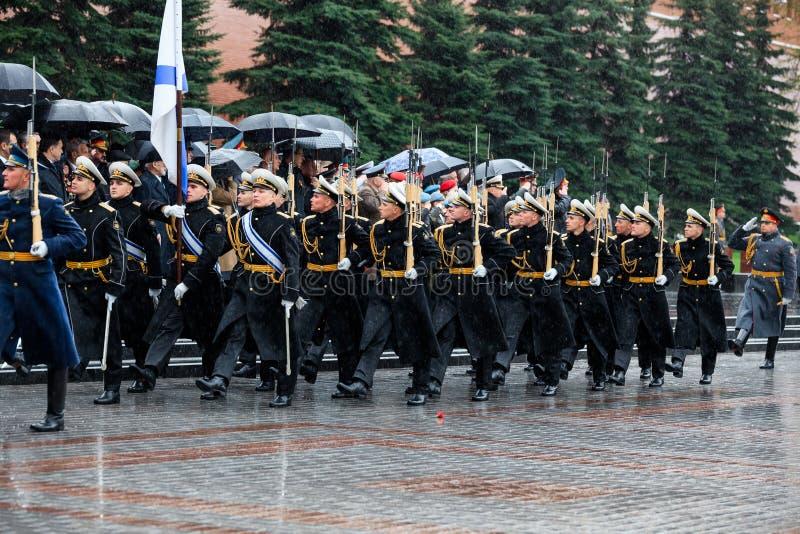 MOSKWA ROSJA, MAJ, - 08, 2017: Za paradą gwardia honorowa 154 Preobrazhensky pułk pogoda dżdżysta alexa zdjęcie royalty free