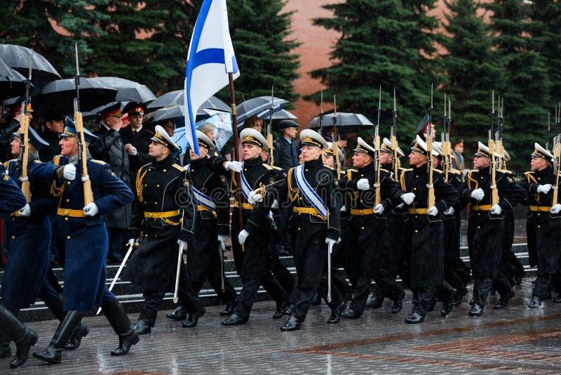 MOSKWA ROSJA, MAJ, - 08, 2017: Za paradą gwardia honorowa 154 Preobrazhensky pułk pogoda dżdżysta alexa zdjęcie stock