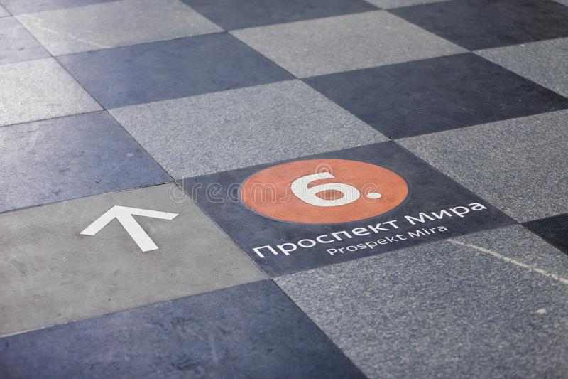 MOSKWA ROSJA, MARZEC, - 12, 2018: Kierunkowskaz na podłoga przy Prospektu Mira stacją metru obrazy stock
