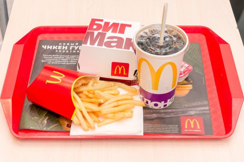 Moskwa, Rosja, Marzec 15 2018: McDonald ` s mac hamburgeru Duży menu, francuzów dłoniaki i koka-kola, fotografia royalty free