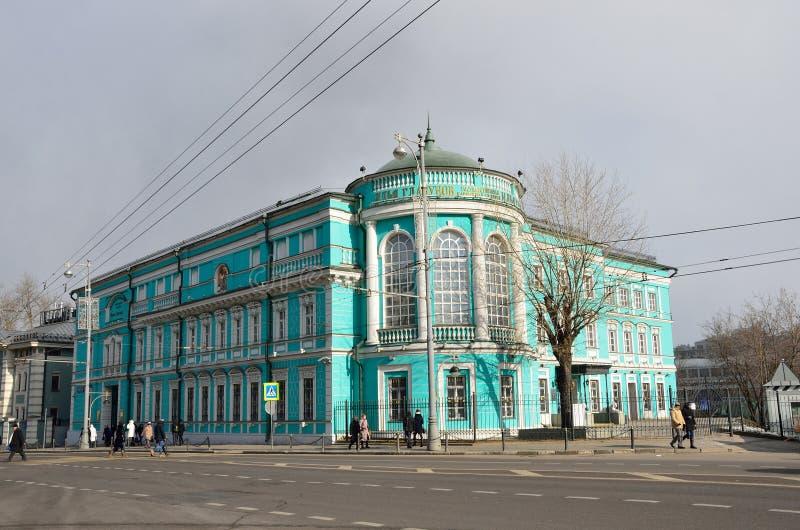 Moskwa, Rosja, Marzec, 20, 2016, Rosyjska scena: ludzie chodzi blisko sztuki galery Ilia Glazunov na Volkhonka ulicie w Moskwa fotografia stock