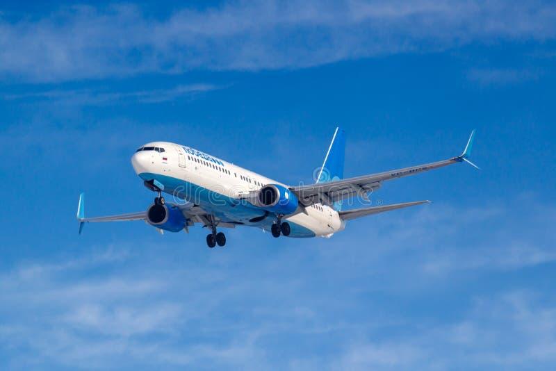 Moskwa Rosja, Marzec, - 14, 2019: Samolot Boeing 737-800 VP-BPS iść lądować dalej przy Vnukovo lotniskiem w Moskwa Pobeda Airine obraz royalty free