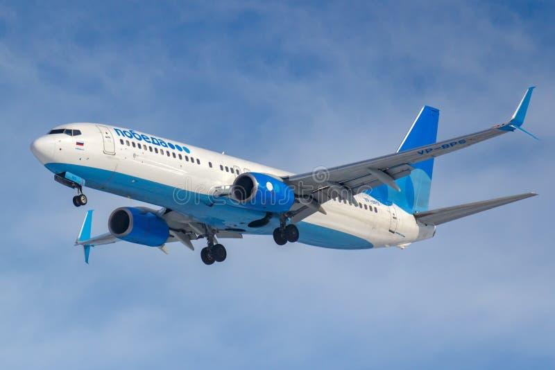Moskwa Rosja, Marzec, - 14, 2019: Samolot Boeing 737-800 VP-BPS iść lądować dalej przy Vnukovo lotniskiem w Moskwa Pobeda Airine zdjęcia stock