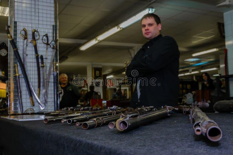 Moskwa Rosja, Marzec, - 19, 2017: Starzy antyków pistolety, karabiny dla sprzedaży na poborcach wprowadzać na rynek Selekcyjna os zdjęcie royalty free