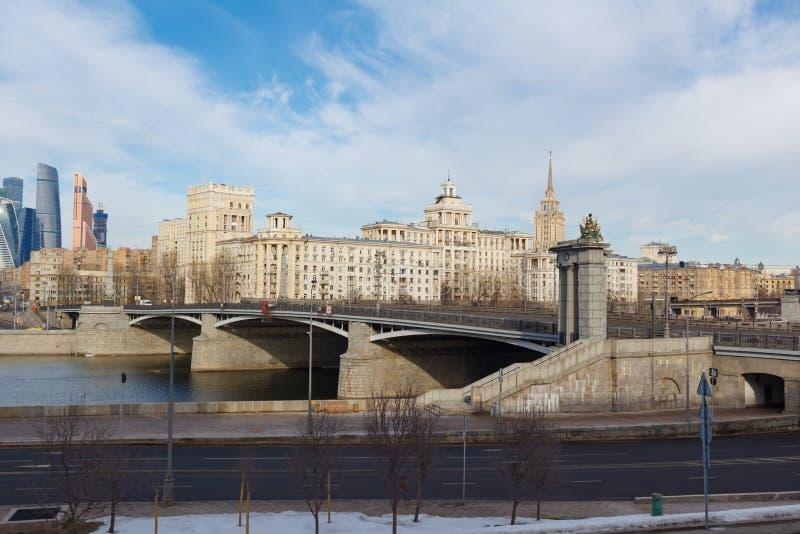 Moskwa Rosja, Marzec, - 25, 2018: Widok Borodinskiy most z Rostovskaya bulwarem zdjęcia royalty free
