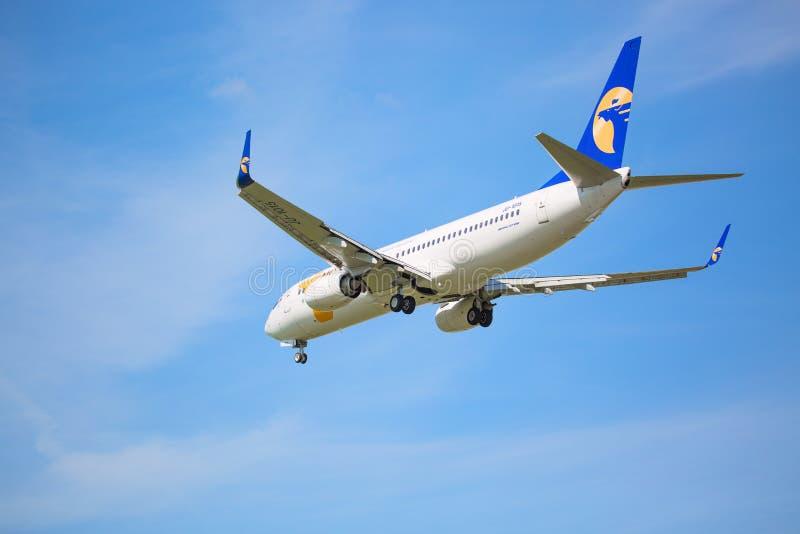 Moskwa, Rosja - May, 2018: Boeing 737-800 Mongolski linii lotniczych MIAT lądowanie przy Sheremetyevo lotniskiem międzynarodowym  zdjęcia stock