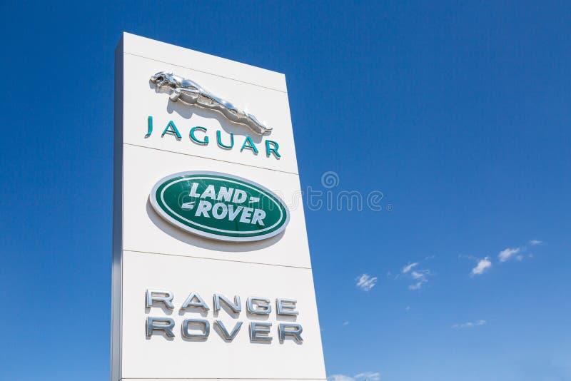 Moskwa, Rosja - May, 2018: Jaguar i Land Rover logo podpisujemy przeciw niebieskiemu niebu Jaguar i Land Rover jesteśmy Brytyjski obrazy royalty free