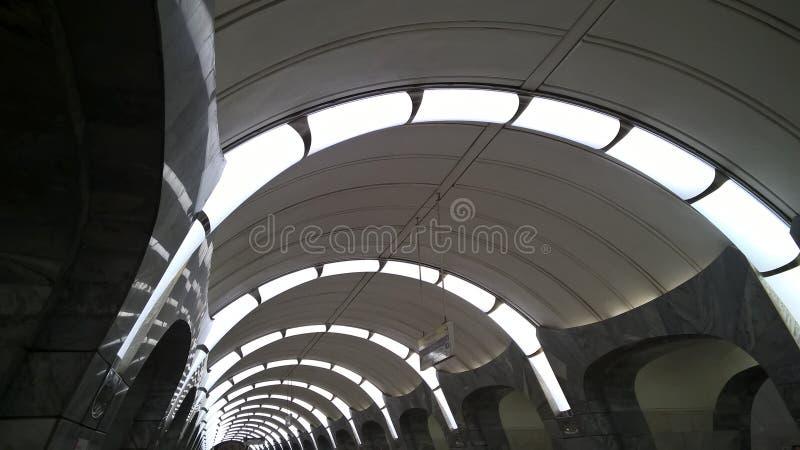 Moskwa, Rosja, metropolita, ` Chkalovskaya ` stacja metru, lampy - ziobro obrazy royalty free