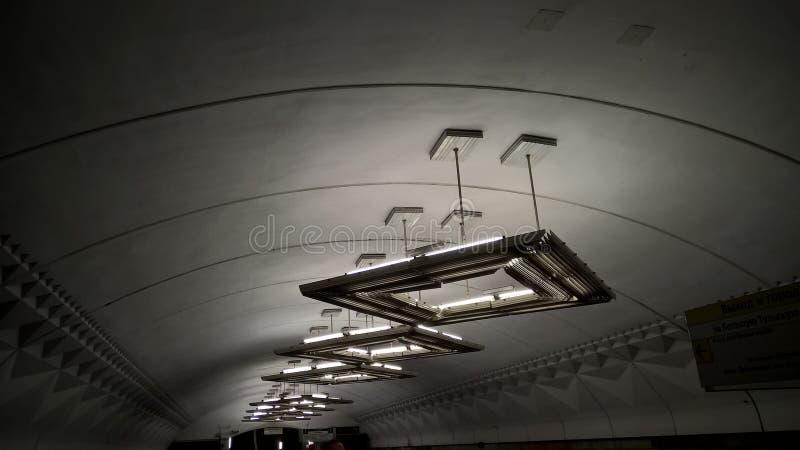 Moskwa, Rosja, metropolita, ` Tulskaya ` stacja metru, lampy - UFO fotografia stock