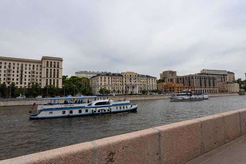Moskwa, Rosja mo?e 25, 2019 bulwar Moskwa rzeka z pi?knymi budynkami, tury?ci na przyjemno?ci ?odziach podziwia fotografia stock