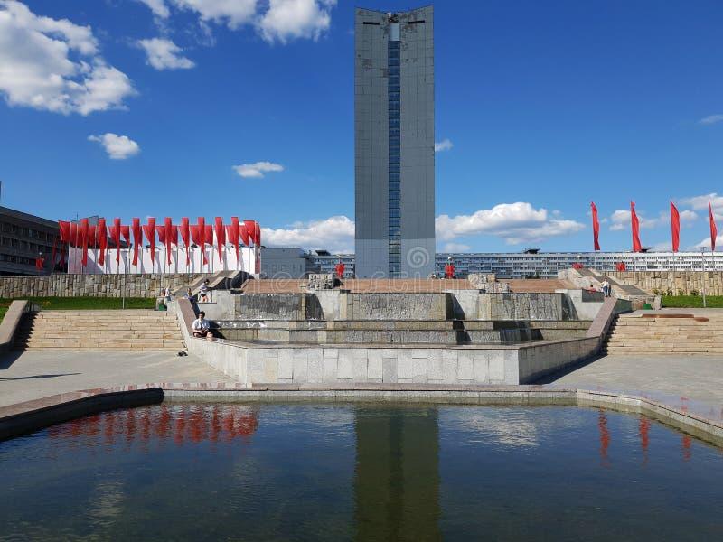 Moskwa, Rosja - mogą 07 2018 Czerwone flaga w parkowej pobliskiej fontannie dla zwycięstwo dnia obrazy royalty free