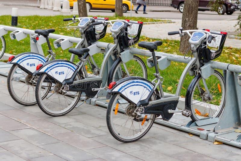 MOSKWA ROSJA, Październik, - 10, 2017: Wynajem jechać na rowerze w roweru parking Ekologiczny miastowy transport obrazy stock