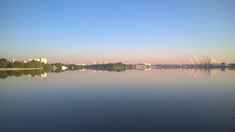Moskwa, Rosja, Pechatniki okręg, parkowy Tallinsky, widok od Moskva Rzecznego bulwaru w ranku zdjęcia royalty free